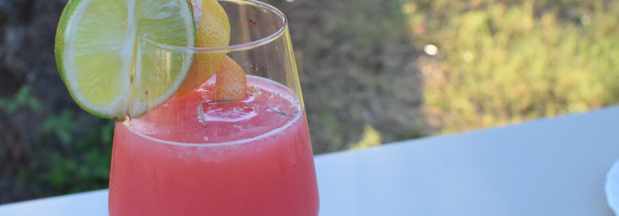 cocktail sweet and sour con frutti di bosco e vino rosé